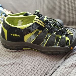 NWOT BOYS KEEN size 6 green and black sandals